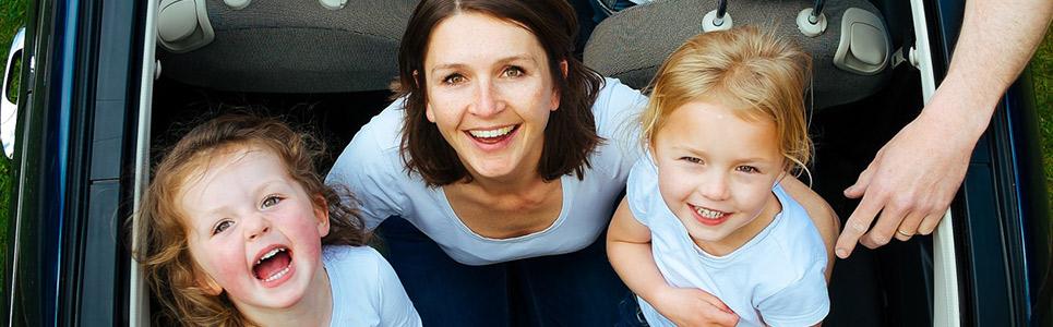 תמונה של אמא וילדים קטנים
